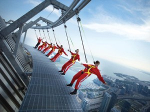 EdgeWalk (Caminhada na borda). (from: edgewalkcntower.ca)